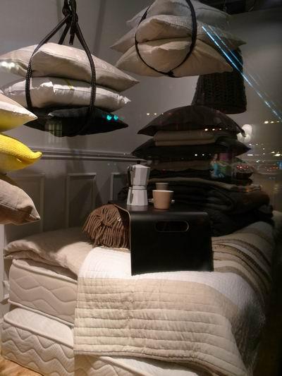 图14 床垫,绗缝被和垂吊起来的靠垫        在橱窗设计