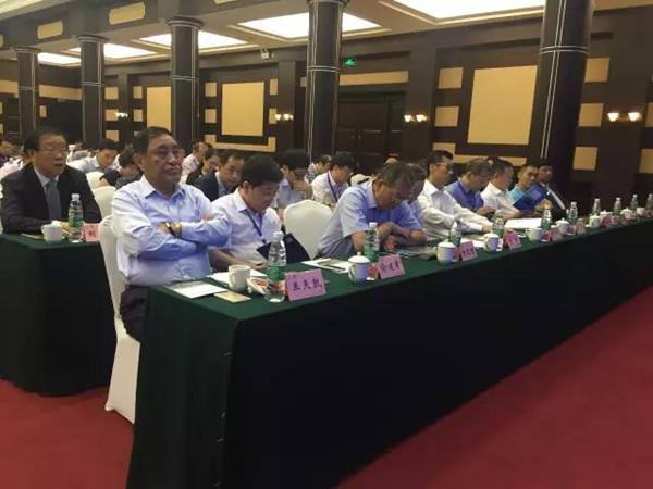 9月12日上午,由中国纺织规划研究会主办的长江经济带纺织服装产业发展论坛在重庆渝州宾馆召开,论坛的主题为绿色、创新、协调、共享。来自长江一带9省2市的行业内相关企业、科研院所、行业协会组织、政府主管部门等350位代表出席了会议,中国纺织工业联合会会长王天凯,重庆市政府、工业和信息化部的相关领导莅临论坛并发表了讲话。  重庆市政府原副市长吴家农,中国纺织工业联合会副会长、中国针织工业协会会长杨纪朝,中国纺织工业联合会纪委书记王久新,中国纺织工业联合会会长助理、中国服装协会常务副会长陈大鹏,中国产业用纺织品